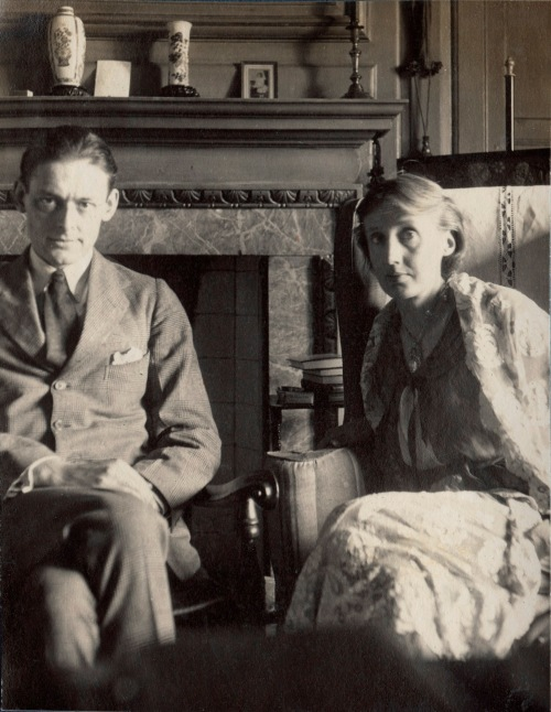 071 T.S Eliot and  Virginia Woolf at Garsington Ax141646