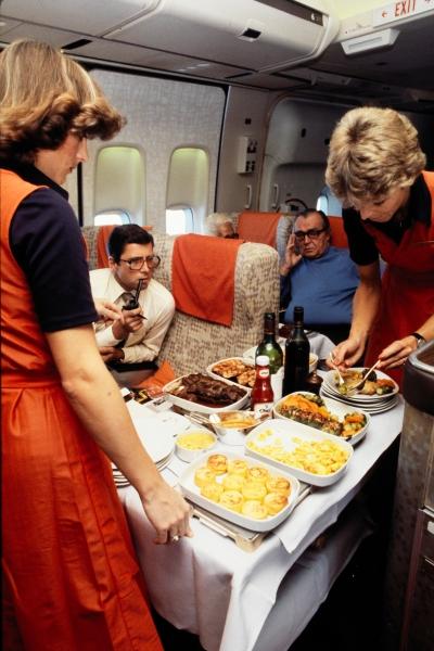 Hostessen servieren eine Mahlzeit in einer Boeing 747-257 B (Jum